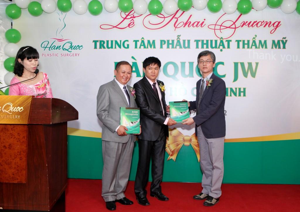 TS.Man Koon Suh tang sach chuyen phau thuat mui cho BS Nguyen Phan Tu Dung 1024x722 Giới thiệu
